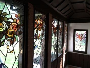 Le caratteristiche vetrate personalizzate con elementi mistici e della natura