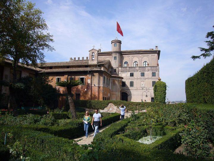 1280px-Aventino_s_Maria_del_Priorato_villa_dal_giardino_1050419