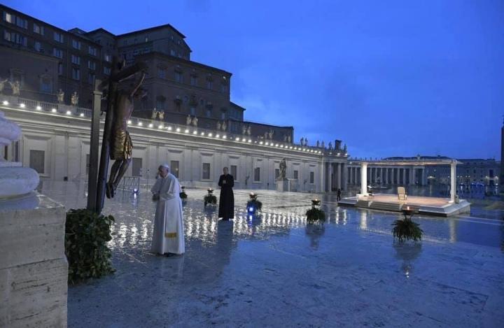 """Papa Francesco nella deserta piazza San Pietro: """"Fitte tenebre sulle nostrecittà"""""""